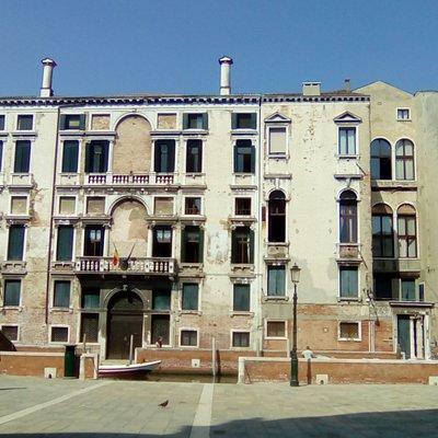 Venezia, Sestiere di Dorsoduro, campo dei Carmini. Vista sull'imponente palazzo Foscarini.