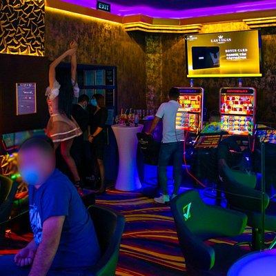 Sală de jocuri Las Vegas Games – Braşov, Victoriei - sloturi, păcănele, jocuri de noroc, ruletă, jackpot-uri, pariuri sportive, cafenea, bar, terasa, băuturi din partea casei, tombole, premii cash, distracţie, animatoare şi multe surprize
