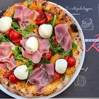 Ricordo d'Estate, una pizza del momento: con prosciutto cotto di pura oca, mozzarelline di bufala di Battipaglia, rucola e pomodorino fresco...