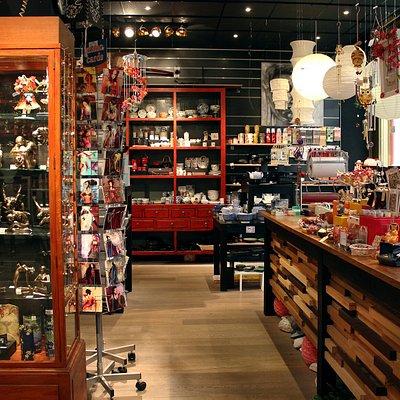 spirituele winkel met Boeddha's en mooie stenen