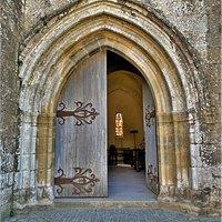 Eglise paroissiale, elle domine la cité du haut de la falaise. Ancienne chapelle castrale de style roman, construite au 12ème et 13ème siècles, elle sera modifiée au 14ème siècle. Au 16ème et 17ème siècles, on lui adjoint des chapelles, les aménagement sont gothiques.  Elle garde des ouvertures de l'église primitive, elle est aujourd'hui église paroissiale, dominant la cité du haut de la falaise. Le retable en bois doré est classé par les M.H. l'église entière l'est, elle depuis 1912. Recouverte