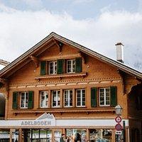 Zentral gelegenes Besucherzentrum mit Gästeberatung, Arbeitsplätzen und Meetingräumen mitten in der Adelbodner Bergwelt.