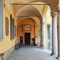 Porticato e ingresso del Museo per la Storia, all'angolo del cortile dei Caduti nel Palazzo Centrale dell'Università