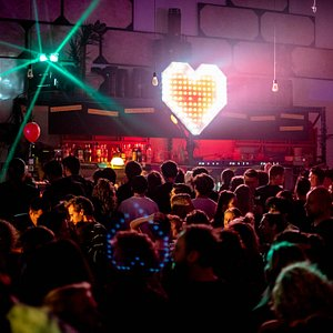 Besides movies, comedy shows and pubquizzes, Filmcafé is best known for their iconic club nights. By providing you with local craft beers and upcoming talents, this is the place to experience nightlife in Utrecht at its finest.