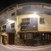 Fachada del bar restaurante Corella por la noche