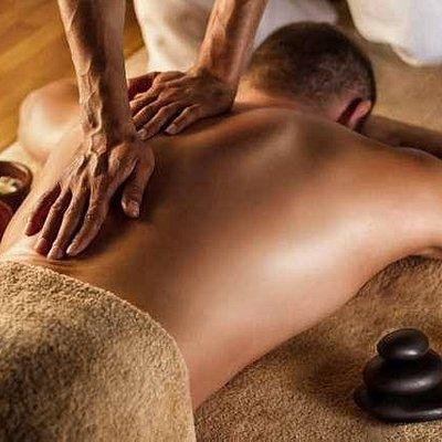 Pablo aplicando un masaje descontracturante