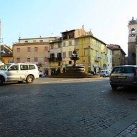 La piazza Principe di Napoli con la centro la fontana