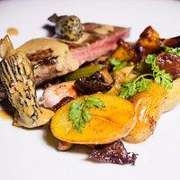 Faux-filet de bœuf charolais, poêlée de légumes bio et girolles, sauce morilles
