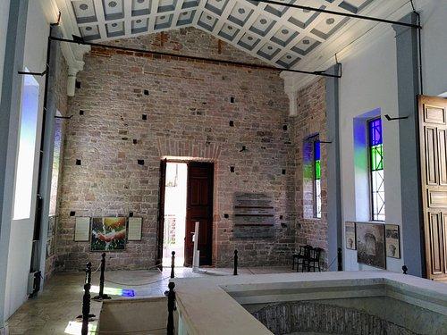 der Innenraum, rechts unten der der Zugang zum Quellraum