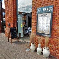 Restauracja z wieloma tradycjami, w której serwowane są dania Łódzkich Żydów. Tradycyjne przepisy kuchni żydowskiej ze współczesnymi smakami Izraela.
