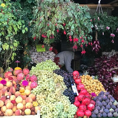 This fruit stand looks very cute, but beware: you cannot choose the fruit yourself, the shop owner gives you the fruit from his own stock in the back of the shop. This fruit turns out to be rotten or old, and the prices are exorbitant! We paid EUR 5 for 2 peaches that were rotten inside and EUR 5 for some grapes that turned out to be not fresh. So DON'T BUY ANYTHING THERE!