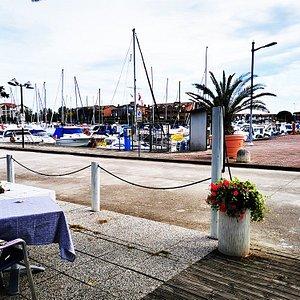 ristorante Marina Club , panoramica sulla marina dai tavoli esterni