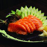 Sashimi de salmão.