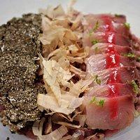 Risotto di grano saraceno integrale, crudo di tonno, susine fermentate e lime, tartufo nero fresco e katsuobushi