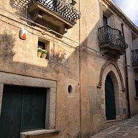 La facciata vista dalla strada Vittorio Emanuele ....