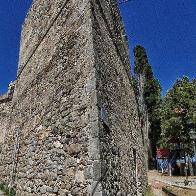 Lachiesa di San Niccolòè un edificio sacro che si trova aSan Piero in Campo. Originariamente dedicata aiSanti Pietro e Paolo, secondo la