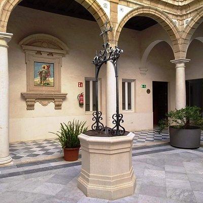 Poço no pátio central do Centro Cultural Reina Sofia, em Cádiz.