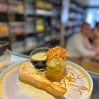 Saumon snacké à l'unilatéral, pomme de terre au four, oignons céleri branche accompagné de sa béarnaise émulsionnée et ses cheveux d'ange