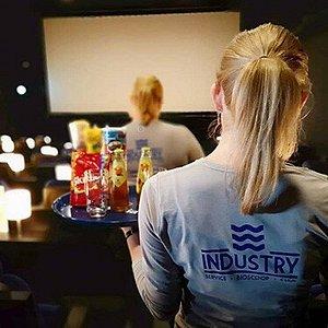 Films kijken met super service! Bij Industry geniet je van de allernieuwste films en speciaal voor u georganiseerde evenementen. Met één druk op de knop komen wij naar u toe om uw hapjes en drankjes te serveren.