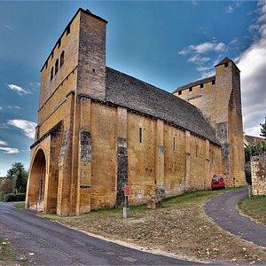 """Une église sans clocher et sans croix, une église """"fortement fortifiée"""". Elle a traversé trois conflits et y a survécu : la guerre de cent ans, les guerres de religions, et la fronde qui vit s'opposer vers 1652-1653 les villes de Sarlat à celles de périgueux et Bergerac."""