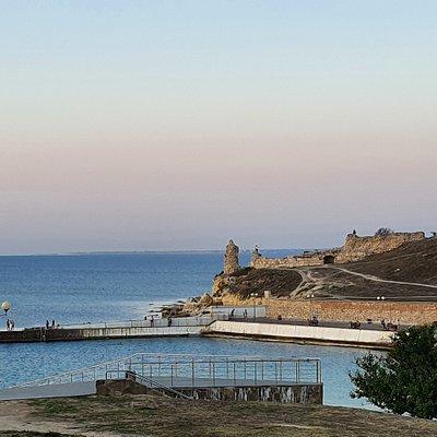 Вид на бухту и пляж со смотровой площадки в парке им. Ахматовой