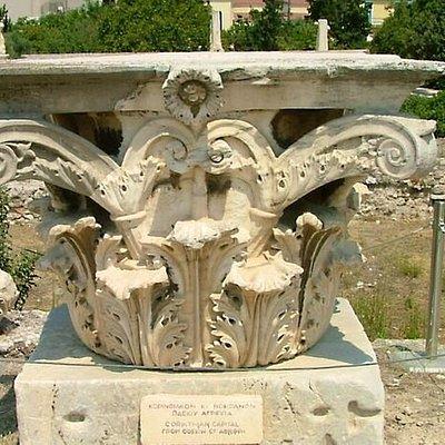 Капитель одной из колонн Одеона