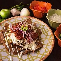 Prepara tus chilaquiles para desayunar o comer a tu gusto.