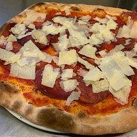 La pizza Punta D'Anca: un autentica prelibatezza che unisce due tipici ingredienti di alta gamma: Bresaola punta d'Anca con aggiunta di scaglie di Grana Padano Latteria Soresina...un incrocio di sapori non casuale.