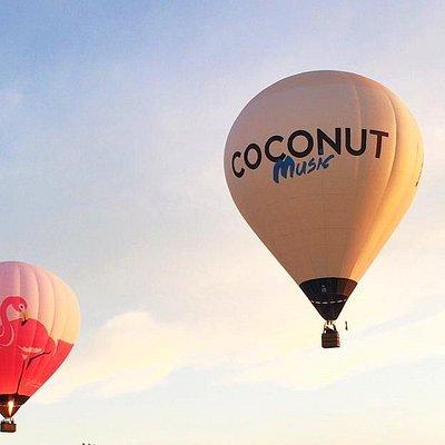 Les deux montgolfières s'envolent au départ du château de Panloy à Port d'Envaux