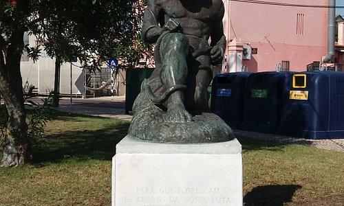 Estátua Homenagem Ao 25 De Abril