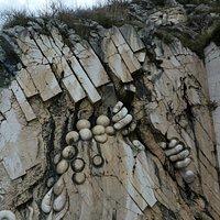 Sculpture de Gargantua sur le rocher du lac.
