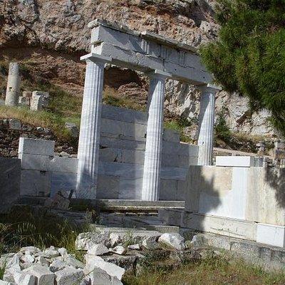 Остатки портика у входа в храм