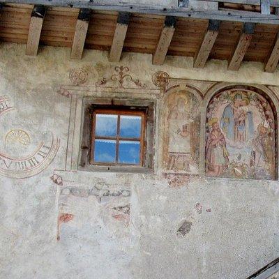Gli affreschi e l'orologio liturgico
