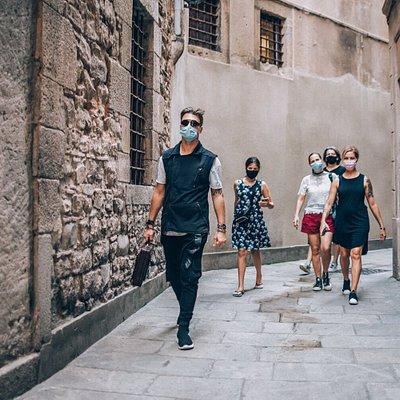 Viajeros en el tiempo caminando por las calles estrechas del barrio Gótico.