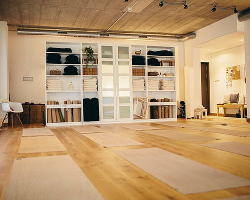 Queremos que el yoga sea accesible y beneficioso para todo el mundo. Para ello, integramos esta tradición oriental milenaria con el estilo de vida contemporáneo, adaptando la práctica a tus necesidades.