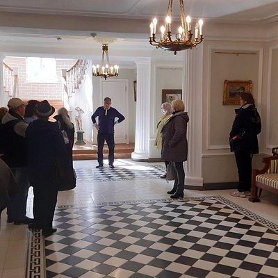 Guiden berättar om Herrgården och dess interiör.