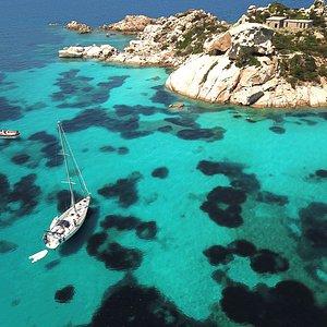 Arcipelago di La Maddalena in barca vela con Altamarea