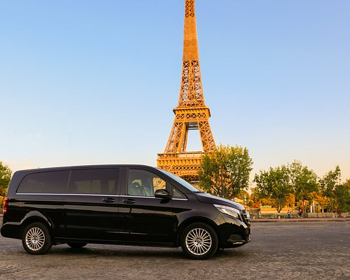 City tour in the evening in front of the eiffel tour. We use for city tour our new Mercedes-benz Class V mini van.