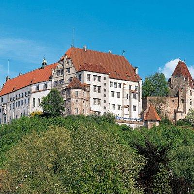 """Weithin sichtbar thront hoch über der Altstadt von Landshut die Burg Trausnitz. Seit dem 16. Jahrhundert wird die Burg """"Trausnitz"""" genannt. Demnach sollte sie dem Land """"Behütung"""" und Schutz gewähren. ©Bayerische Schlösserverwaltung"""