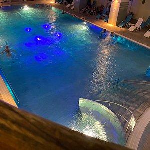 12x22m Thermenbecken mit 32 Grad warmen Wasser und Massagedüsen