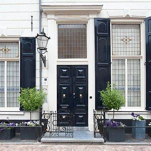 Entree van het Lalique Museum aan de Gasthuisstraat 1 in de historische Hanzestad Doesburg.