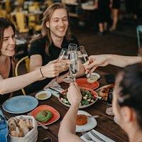 Happy Bubbles codziennie od 12:00 do 18:00 wino musujące za 29 zł od osoby.