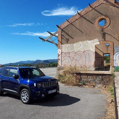 Descubre  tu entorno al volante de uno de nuestros Jeep Renegade de alquiler.