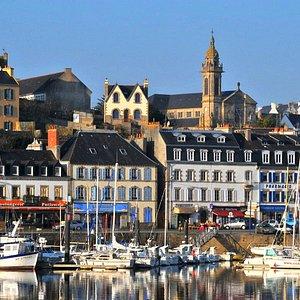 station balnéaire d'Audierne , vue de la Ria de Goyen et la cité d'Audierne //Audierne seaside resort, view of the Ria de Goyen and the city of Audierne