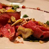 Antipasto freddo  Roast-beef con noci, castange, rucola, piacentino ennese  e riduzione di cerasuolo
