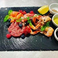 Cruditè di mare - Gamberi rossi, scampi, salmone marinato e tartare di tonno