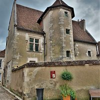 Une maison, située à côté du Beffroi et de l'église Notre-Dame, à découvrir au cours d'une ballade. Une des plus ancienne maison de Sancerre, construite par Jacques Cœur, banquier, homme d'affaire richissime, nommé Grand Argentier du royaume de France de Charles VII. Argentier disgracié et banni, la maison est confisquée, elle sera restituée en 1463 à son fils Geoffrey.