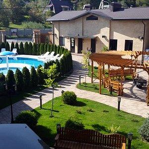 Отель буквой П, двор отеля с бассейном и костровой беседкой.