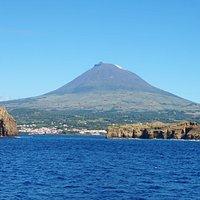 Ilhéus da Madalena - Ilhéu Sentado e Ilhéu em Pé. Em pano de fundo, a montanha do Pico.