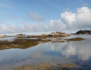 Le Château de Costaérès face à la plage de Tourony à Trégastel Coeur de la Côte de Granit Rose.